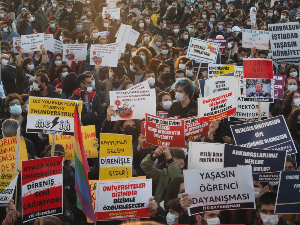 Turkin Istanbulissa yliopisto-opiskelijat vastustivat presidentti Recep Tayyip Erdoğanin tekemää rehtorinimitystä tammikuussa 2021.
